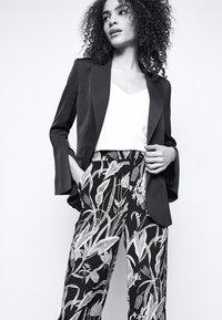 Diane von Furstenberg - FEDERICA - Kangashousut - black - 5