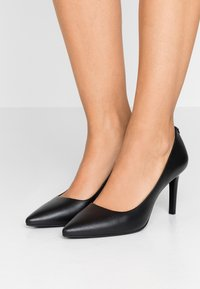 MICHAEL Michael Kors - DOROTHY FLEX - Klassiska pumps - black - 0