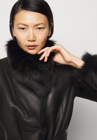 STUDIO ID - FLO SHEARLING COAT - Wollmantel/klassischer Mantel - black - 3