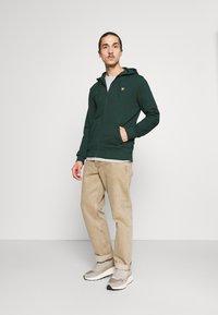 Lyle & Scott - ZIP THROUGH HOODIE - Zip-up sweatshirt - dark green - 1