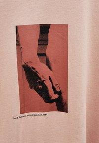 PULL&BEAR - MIT MICHELANGELO-WERK - Print T-shirt - pink - 4