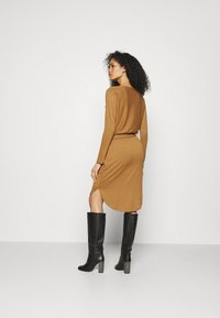 GAP - Strikket kjole - deep camel - 2