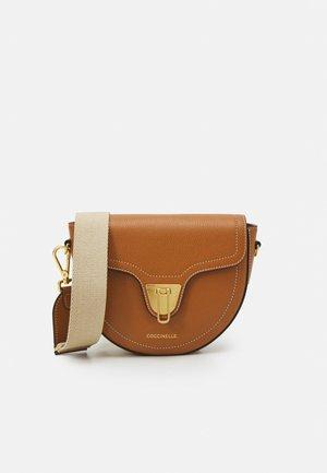 BEAT SELLERIA - Across body bag - caramel