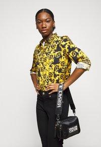 Versace Jeans Couture - CAMERA BAG - Taška spříčným popruhem - nero - 0