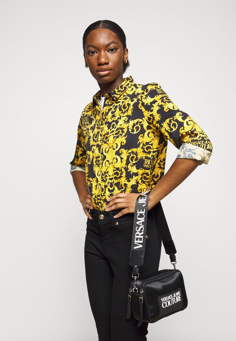 Versace Jeans Couture - CAMERA BAG - Taška spříčným popruhem - nero