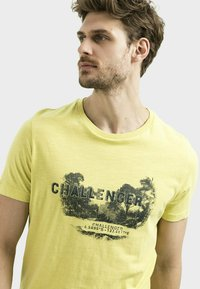 camel active - MIT PLATZIERTEM FOTOPRINT - Print T-shirt - kiwi - 3