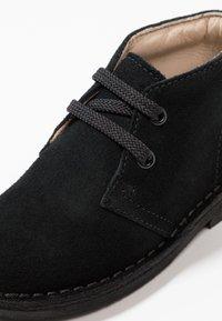 Clarks - DESERT BOOT - Zapatos con cordones - black - 2