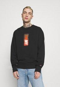 Tommy Jeans - VERTICAL GRAPHIC CREW UNISEX - Sweatshirt - black - 0