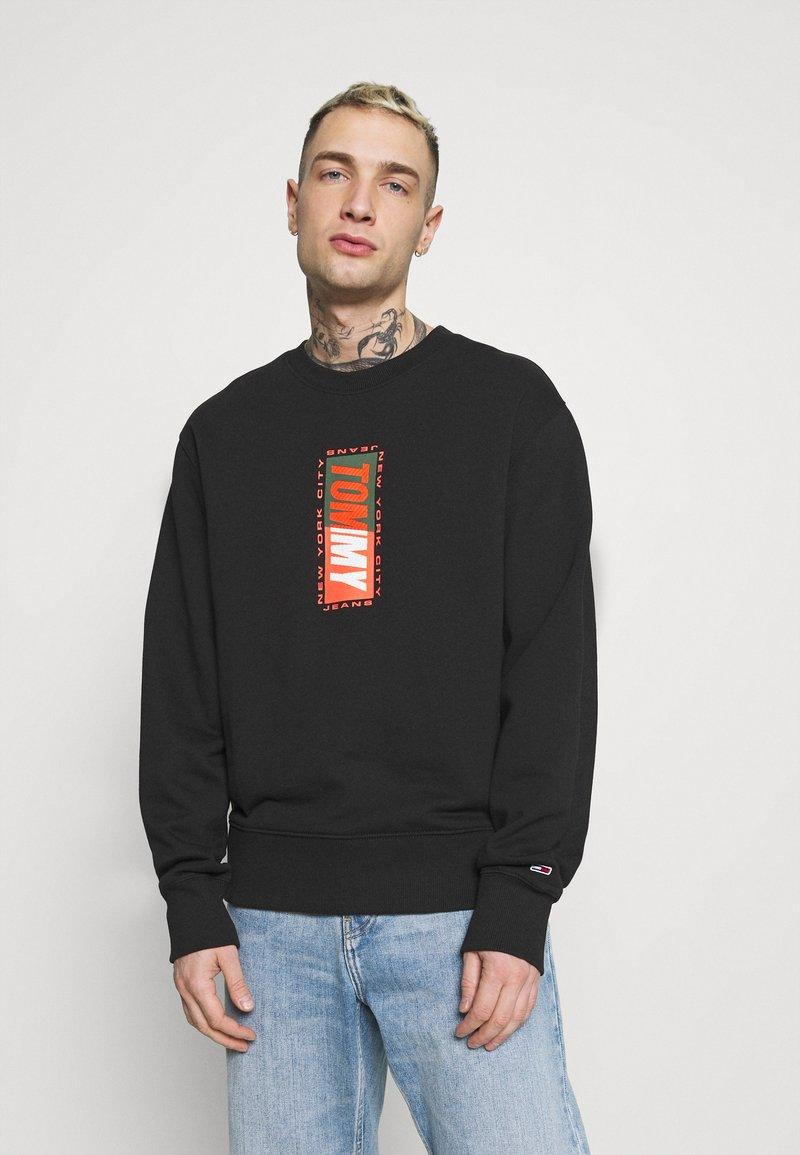 Tommy Jeans - VERTICAL GRAPHIC CREW UNISEX - Sweatshirt - black