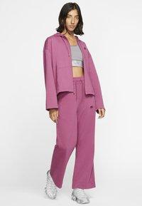 Nike Sportswear - MIT DURCHGEHENDEM REISSVERSCHLUSS - Felpa aperta - mulberry rose/villain red - 1