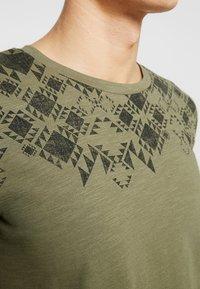 TOM TAILOR DENIM - Print T-shirt - dusty olive green - 5