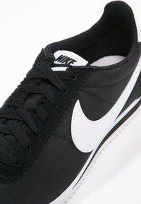 Nike Sportswear - CLASSIC CORTEZ - Baskets basses - black/white - 5