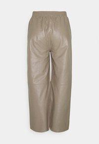 JUST FEMALE - ROY TROUSERS - Pantalon en cuir - grey - 7