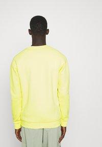 adidas Originals - ESSENTIAL CREW - Collegepaita - pulse yellow - 2