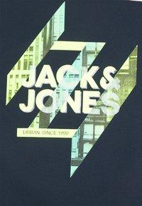 Jack & Jones - JJSPRING FEELING TEE CREW NECK - Print T-shirt - navy blazer - 2