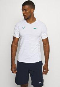 Nike Performance - RAFAEL NADALEL NADAL - T-shirt med print - white/lucid green - 0