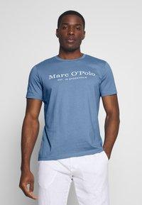 Marc O'Polo - SHORT SLEEVE ROUND NECK - Print T-shirt - riviera - 0
