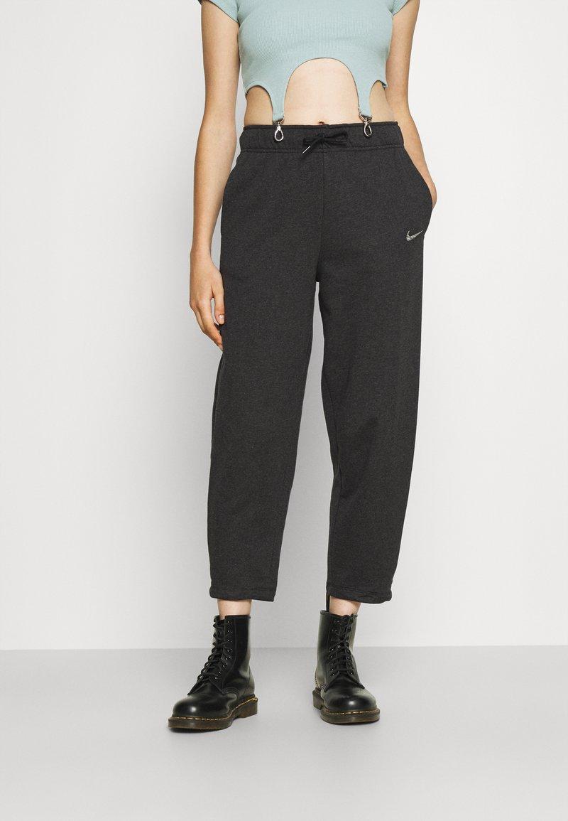 Nike Sportswear - Pantalones deportivos - black heather/white
