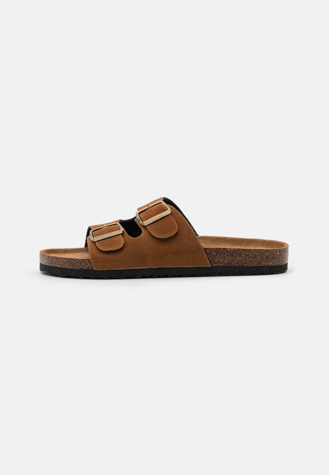 REX DOUBLE BUCKLE SLIDE VEGAN - Klapki - tobacco rough