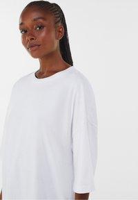 Bershka - OVERSIZED - T-shirt basique - white - 4