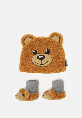HAT & BOOTIES BOX SET UNISEX - Beanie - marrone orsetto