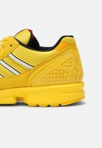 adidas Originals - ZX 8000 LEGO UNISEX - Tenisky - yellow/white - 6