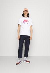 Nike Sportswear - TEE FUTURA - T-shirt med print - white - 1
