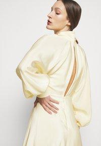Victoria Beckham - DRAPED SLEEVE DRESS - Maxi šaty - cream - 4