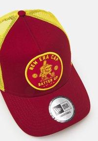 New Era - SPORTS PATCH TRUCKER UNISEX - Cap - red - 3
