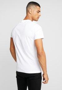 Calvin Klein Jeans - ICONIC MONOGRAM SLIM TEE - T-shirt z nadrukiem - bright white - 2