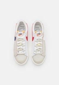 Nike Sportswear - BLAZER '77 UNISEX - Trainers - light bone/summit white/university red/deep royal blue/sail/summit white - 5