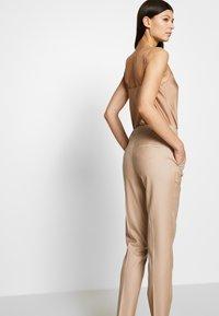 Strenesse - TROUSER - Kalhoty - camel - 3