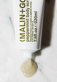 MALIN+GOETZ - KÖRPERPEELING PEPPERMINT BODY SCRUB - Body scrub - - - 2