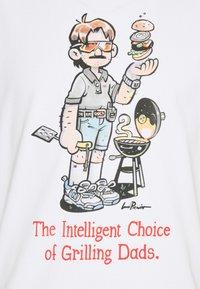 New Balance - ATHLETICS LEVITZO DAD TEE - Print T-shirt - white - 2