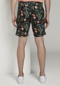 TOM TAILOR DENIM - TOM TAILOR DENIM HOSEN & CHINO GEMUSTERTE CHINO SHORTS - Shorts - colorful botanical print - 2