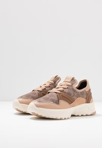 Coach - RUNNER WITH SIGNATURE AND METALLIC - Sneakers - beechwood/tan - 4