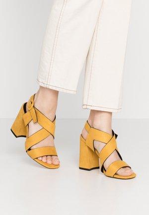 Sandaler med høye hæler - yellow