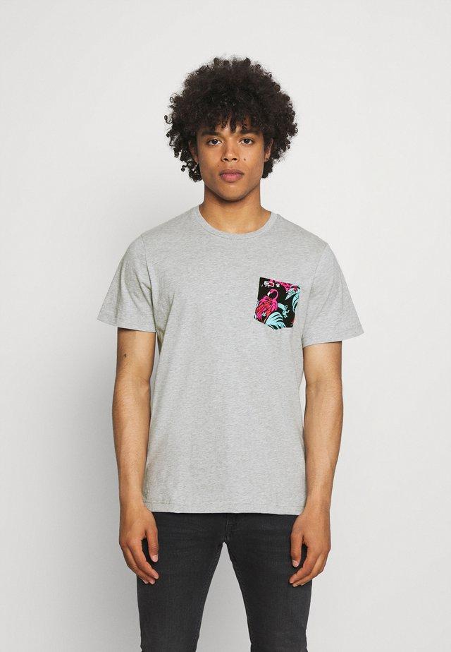 CONTRAST POCKET TEE - T-shirt z nadrukiem - grey