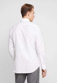 Seidensticker - SLIM FIT SPREAD KENT PATCH - Camicia elegante - white - 2