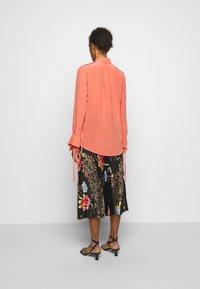 Victoria Victoria Beckham - FLOUNCE CUFF SHIRT - Košile - lychee pink - 2