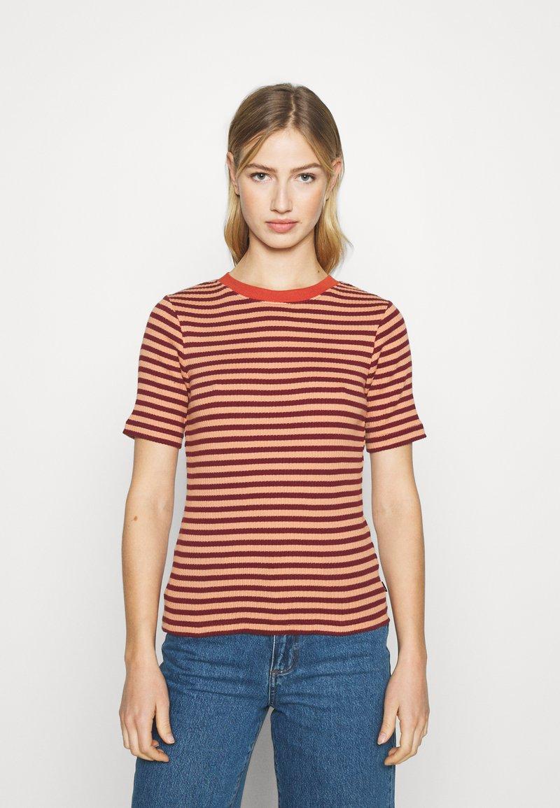 Lee - RIBBED TEE - Print T-shirt - sandy peach