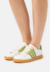 Tory Burch - HOWELL COURT - Tenisky - new ivory/sport spinach green - 0