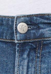 Calvin Klein Jeans - REGULAR - Farkkushortsit - denim medium - 3