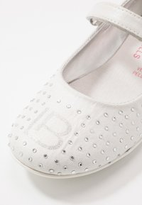 Laura Biagiotti - Ankle strap ballet pumps - white - 2