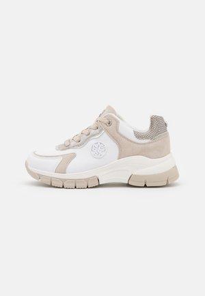 GERALDINE - Sneakers laag - beige/white