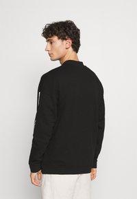 adidas Originals - LOCK UP CREW UNISEX - Sweatshirts - black - 2