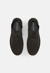 Jack & Jones - JFWBRAVO - Sznurowane obuwie sportowe - pirate black - 3