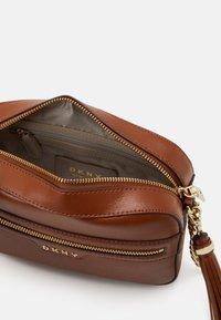 DKNY - POLLY CAMERA BAG SUTTON - Across body bag - caramel - 3