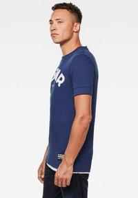 G-Star - FELT APPLIQUE LOGO SLIM ROUND SHORT SLEEVE - T-shirt imprimé - imperial blue - 2