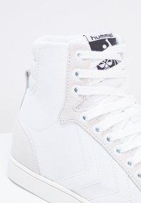 Hummel - SLIMMER STADIL TONAL  - Sneakers hoog - white - 5